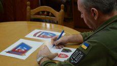 Муженко показал, как рисует логотип ВСУ