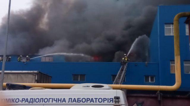 В Киеве крупный пожар в складских помещениях на левом берегу