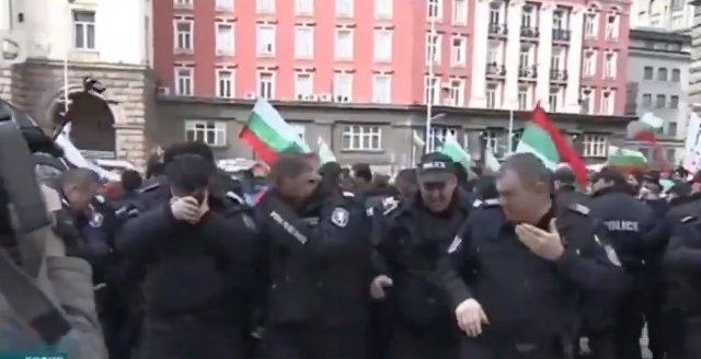 Болгарские копы применили слезоточивыйгаз против ветра