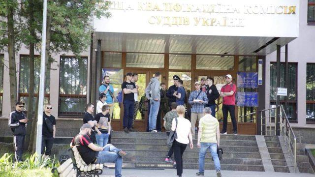 Неизвестные заблокировали здание ВККС