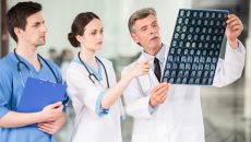 Зеленский поручил повысить зарплаты врачам второго звена