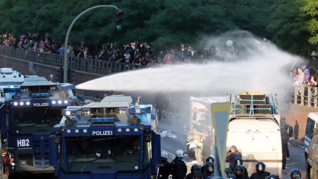 Полиция в Гонконге применила водометы для разгона протестующих