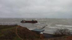 На одесский пляж вынесло танкер