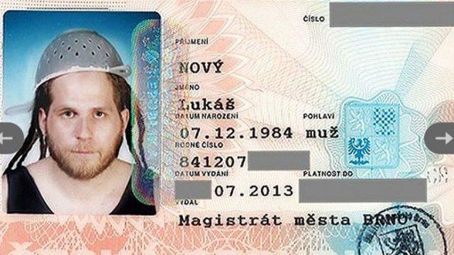 В Украине верующим разрешили фотографироваться на документы в головных уборах