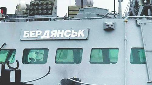 Захваченные украинские катера выводят из Керчи