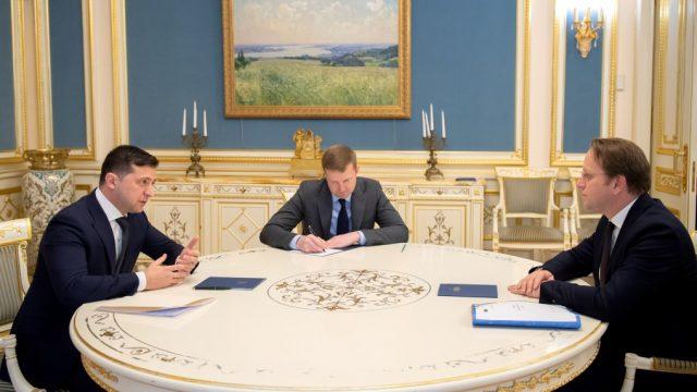 Еврокомиссар обсудил с Зеленским реформы