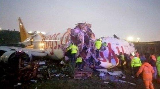 В Стамбуле самолет совершил жесткую посадку