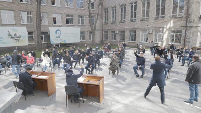 В Днепре депутаты начали заседать на открытом воздухе