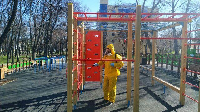 В Киеве дезинфицируют детские площадки