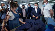 Президент ознакомился с продукцией швейной фабрики на Черниговщине