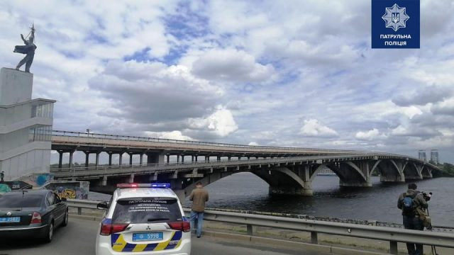 Угрожавшего взорвать мост Метро в Киеве задержали