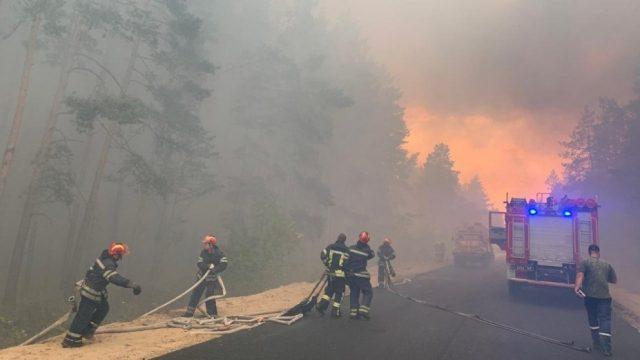 Спасатели и военные продолжают тушение лесных и степных пожаров на Луганщине