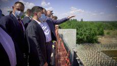 Президент ознакомился со строительством моста в Запорожье