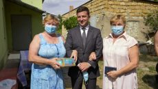 Зеленский доставил пенсии и лекарства жителям Херсонщины
