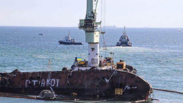 В Одессе снова пытаются поднять танкер Delfi (ВИДЕО)