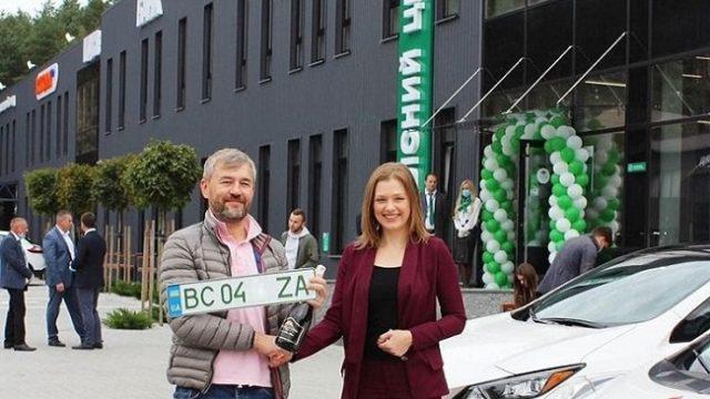 Владельцы электрокаров начали получать «зеленые» номера