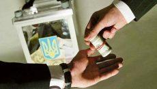 На Киевщине кандидат на должность главы ОТГ раздавал конверты с деньгами
