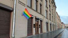 Happy Birthday: Pussy Riot поздравили Путина, вывесив флаги ЛГБТ на зданиях ФСБ