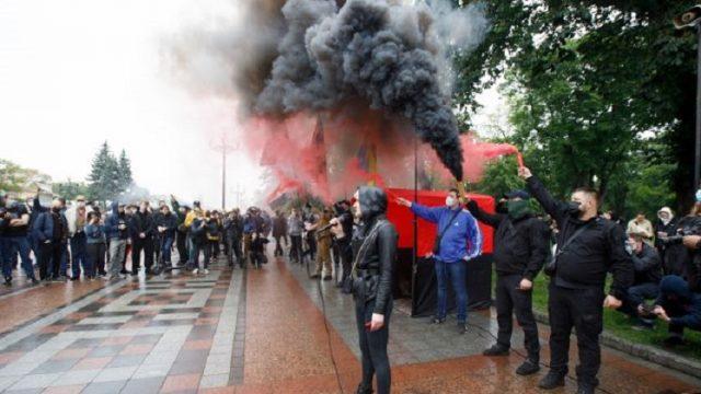 Большинство украинцев недовольны направлением развития страны - опрос