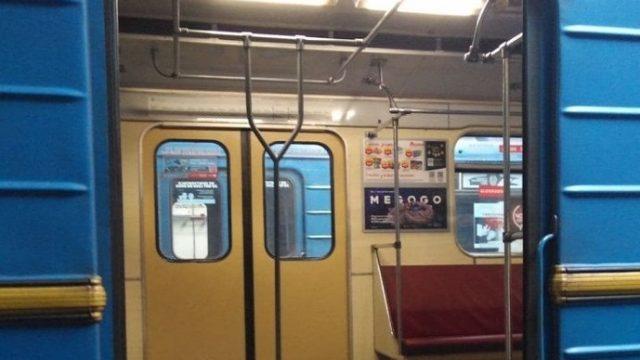 В столичном метро появился вагон с вертикальными поручнями