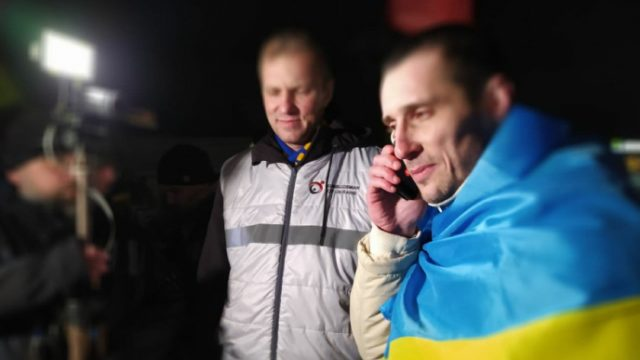 В Украину вернулся политзаключенный Александр Шумков