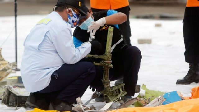 Обнаружены черные ящики индонезийского авиалайнера