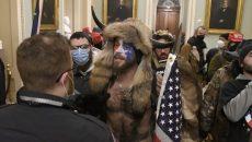 Участников штурма Капитолия в США взяли под стражу