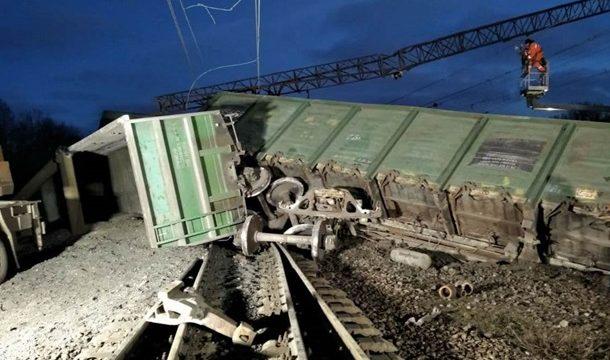 УЗ завершила подъем сошедших с рельс грузовых вагонов