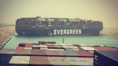 Эксперты осматривают контейнеровоз Ever Given на предмет повреждений