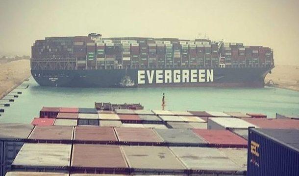 Судно-контейнеровоз Ever Given частично сняли с мели