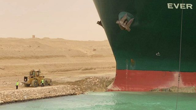 Два буксира направляются в Суэцкий канал