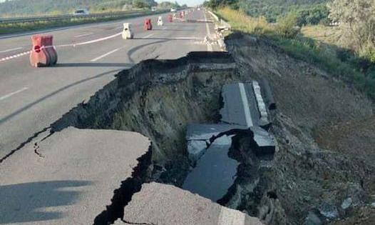 Укравтодор звинуватив дощ у тому, що під час зливи обвалився великий шматок одеської траси М-05 (документ)