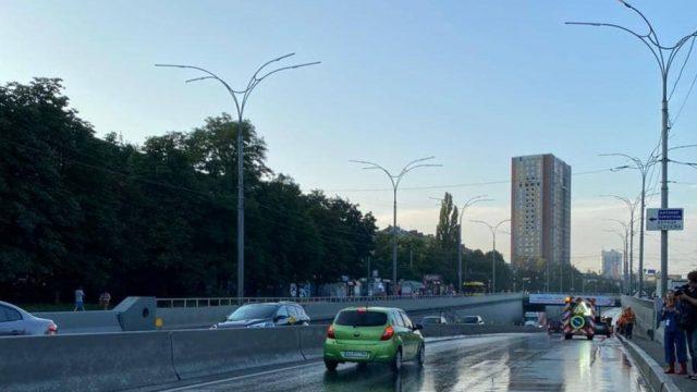 Движение транспорта по тоннелю на Елены Телиги в Киеве восстановили
