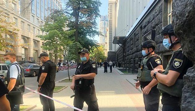 Неизвестный мужчина в здании Кабмина угрожает взорвать гранату