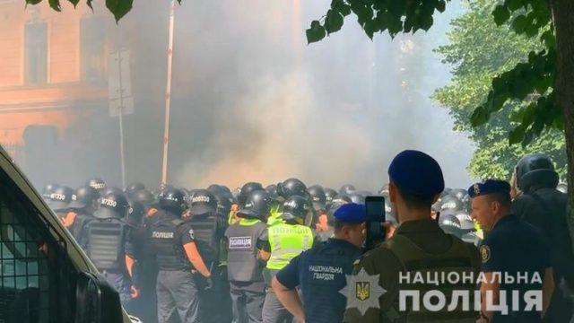 Полиция сообщила о нескольких пострадавших в ходе столкновений на Банковой