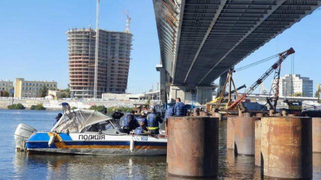 Правоохранители с водолазам осматривают Подольский мост